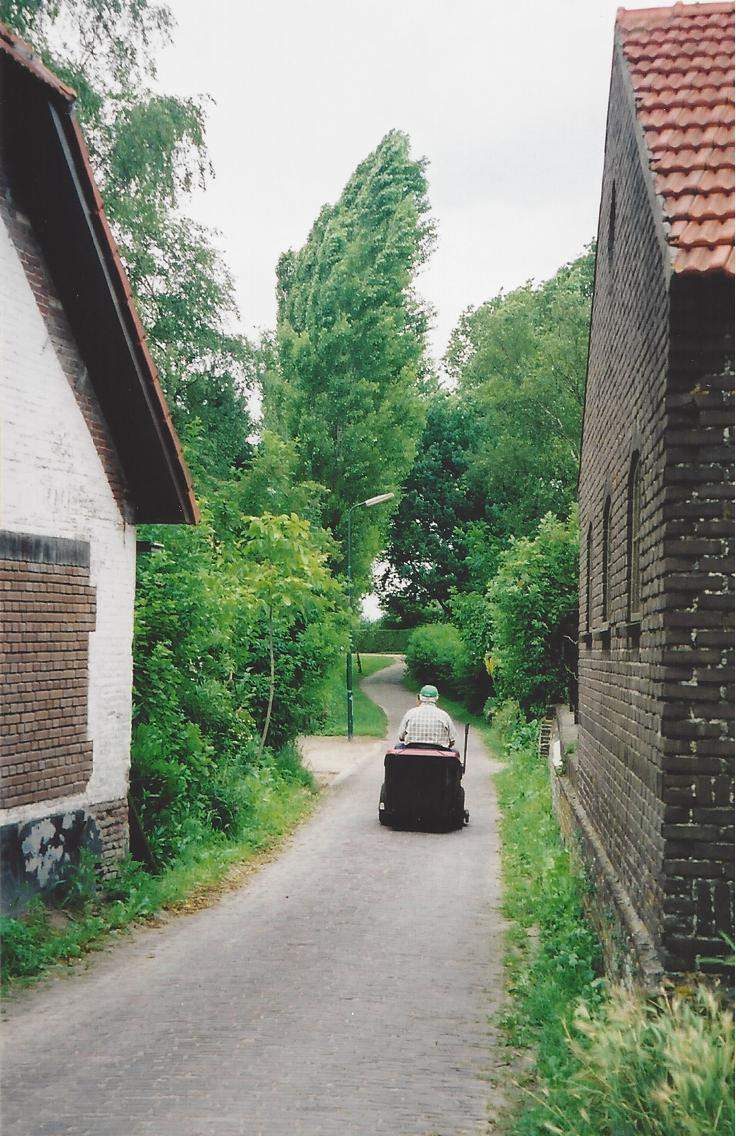 Narrow street in Bokhoven going east in the direction of Den Bosch