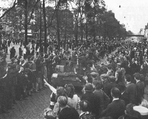 8-Liberation of brussels - British troops Boulevard du Midi nearing the Porte de Hal