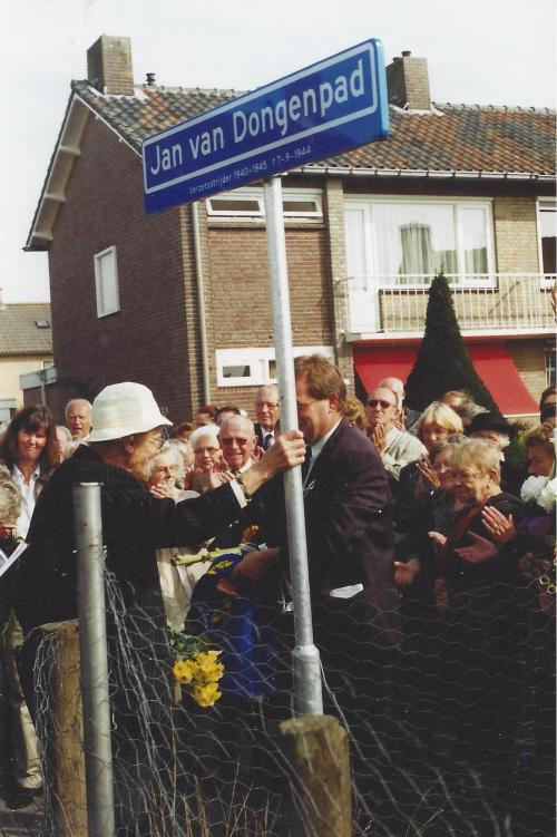 Unveiling of street sign to Van Dongen in 2003